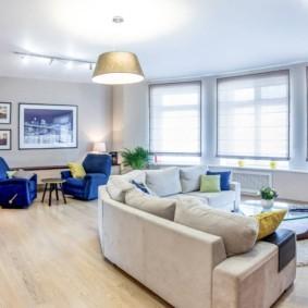 Большой диван в светлой комнате