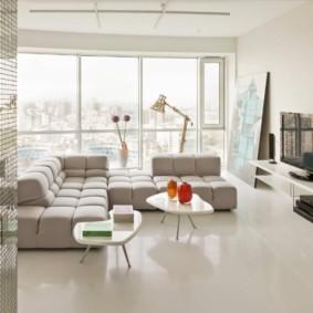 Белый пол в комнате с большим окном