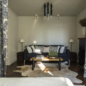 Удобный диван в зале трехкомнатной квартиры