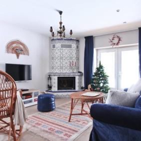Синий диван с бархатной обивкой
