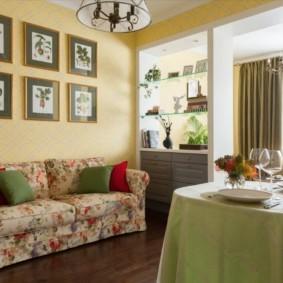 Салатовая скатерть на кухонном столе