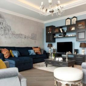 Фотообои на стене за диваном