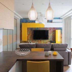 Желтая мебель в небольшой комнате