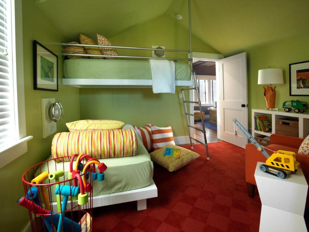 Бардовый ковер на полу детской с зелеными стенами