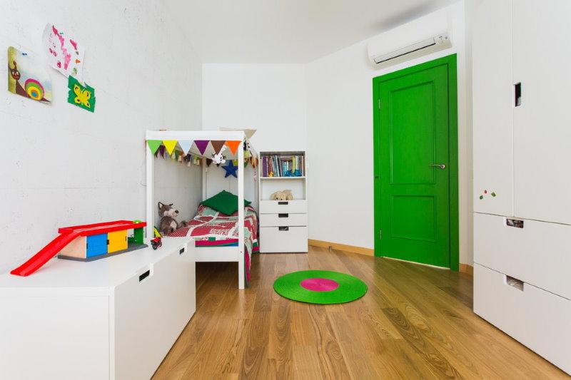 Зеленая дверь в белой комнате