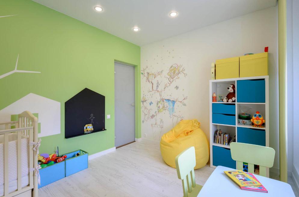 Светло-зеленая стена комнаты для маленького ребенка