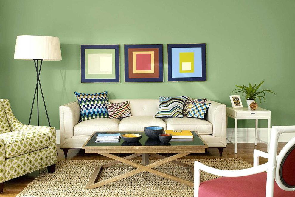 Зеленые стены в гостиной комнате