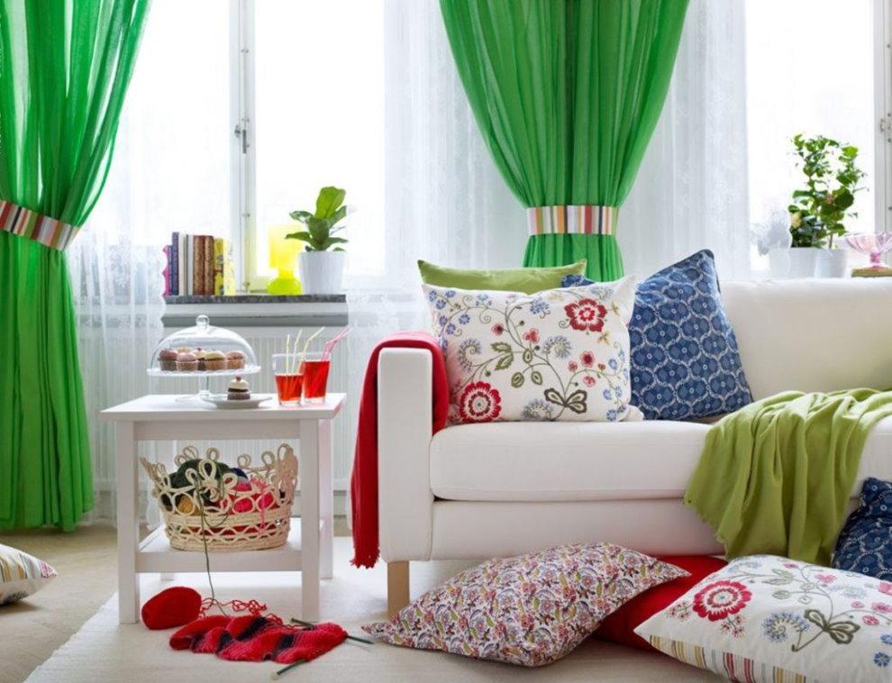 Зеленые занавески в интерьере гостиной