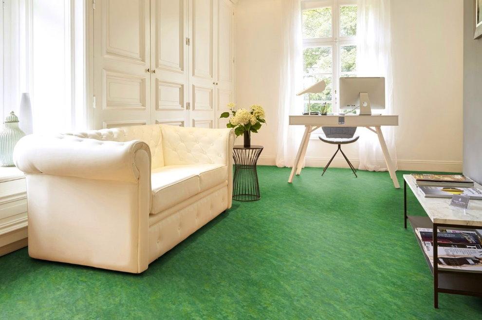 Светлый диван в зале с зеленым линолеумом