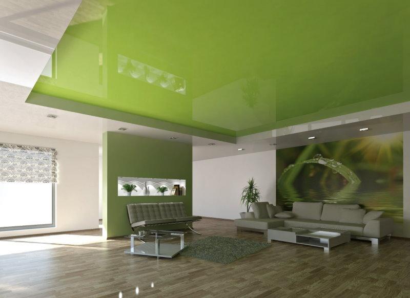 Зеленое натяжное полотно в просторной гостиной