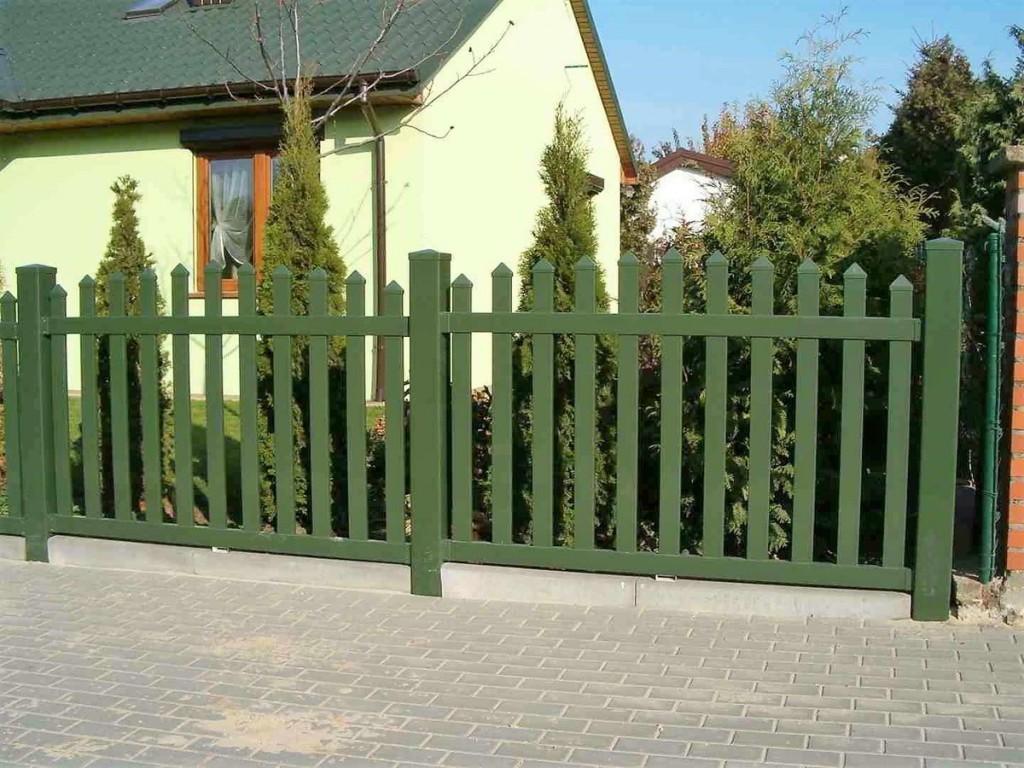 Невысокий забор из зеленого пластика