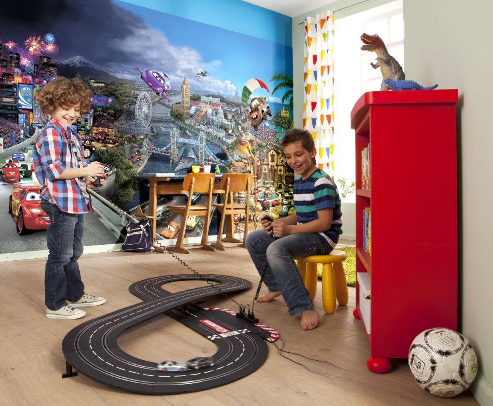 Железная дорога на полу детской комнаты