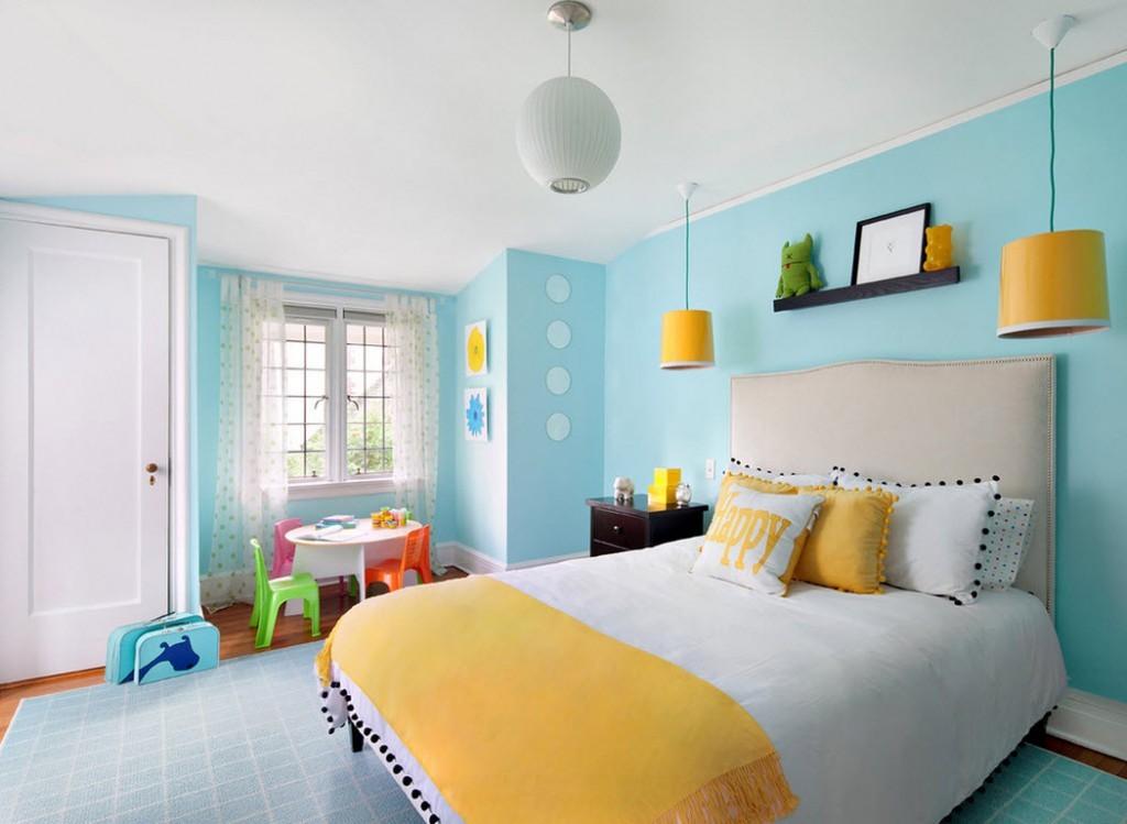 Желтые плафоны светильников на фоне голубых стен