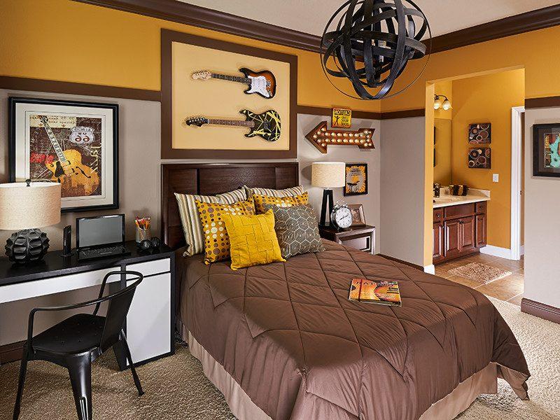 Коричневое одеяло в серо-желтой детской
