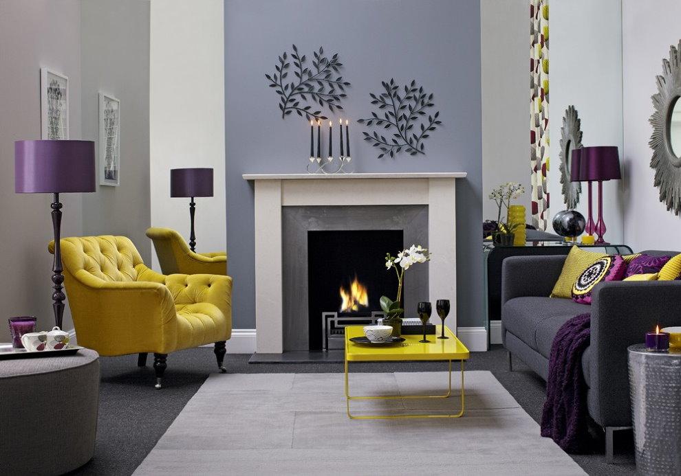 Желтое кресло в зале с декоративным камином