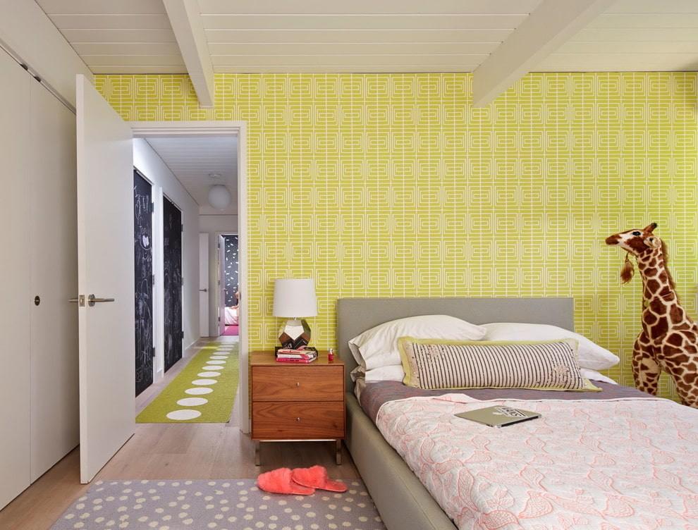 Желтые обои в интерьере комнаты для мальчика