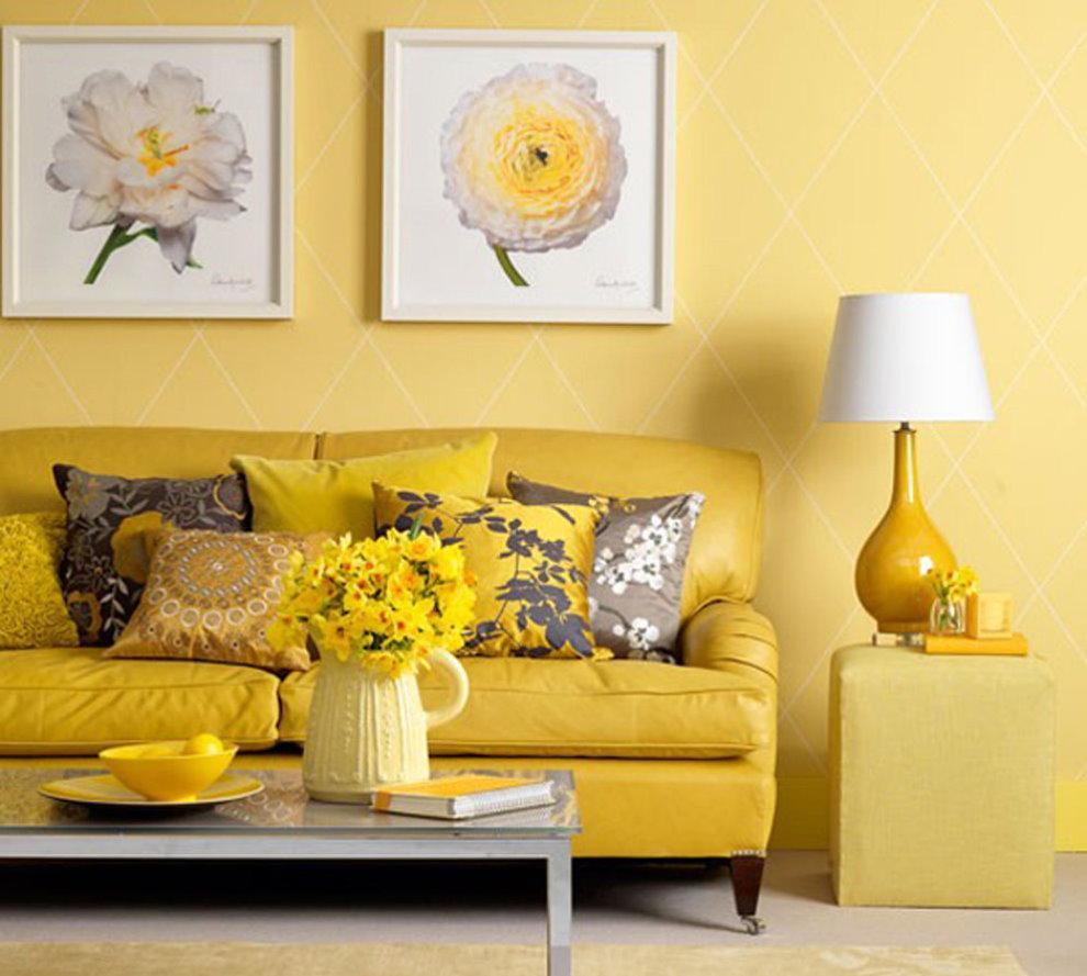 Желтая стена в зале хрущевки кирпичного дома