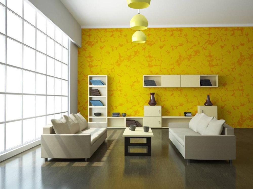 Желтые обои в зале с большим окном