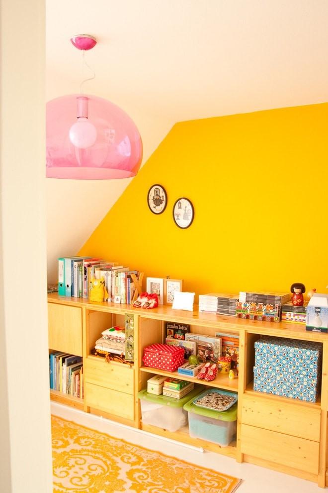 Детский стеллаж на фоне желтой стены