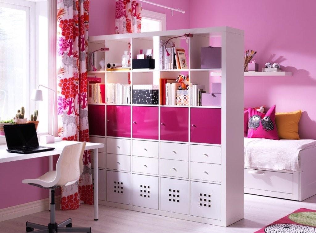 Белый стеллаж в комнате с розовыми стенами