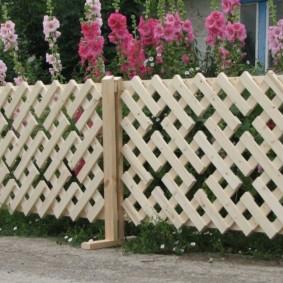деревянный забор у дома