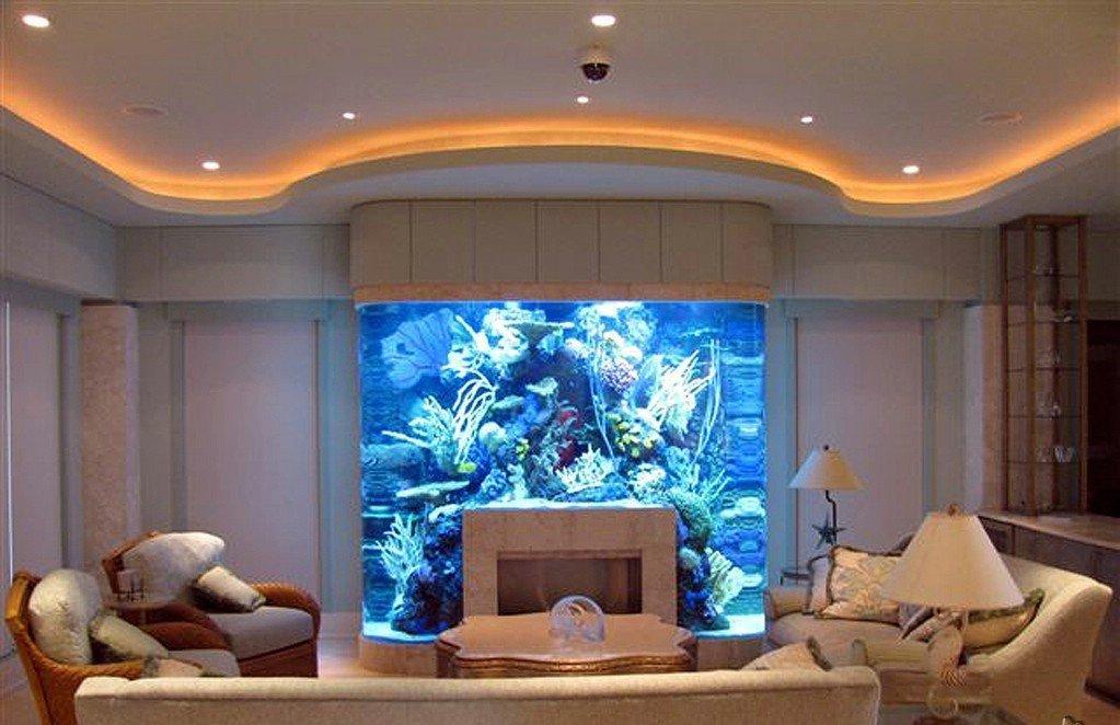 Интерьер гостиной с камином и аквариумом