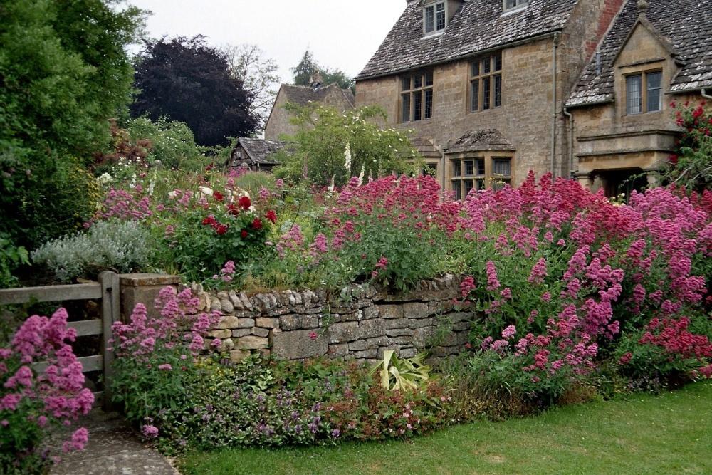 Каменная стенка в саду английского стиля