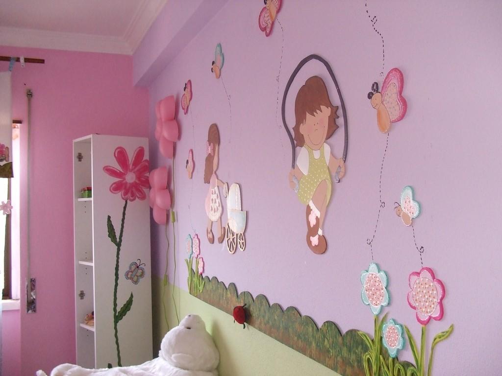 Аппликация на розовой стене детской комнаты