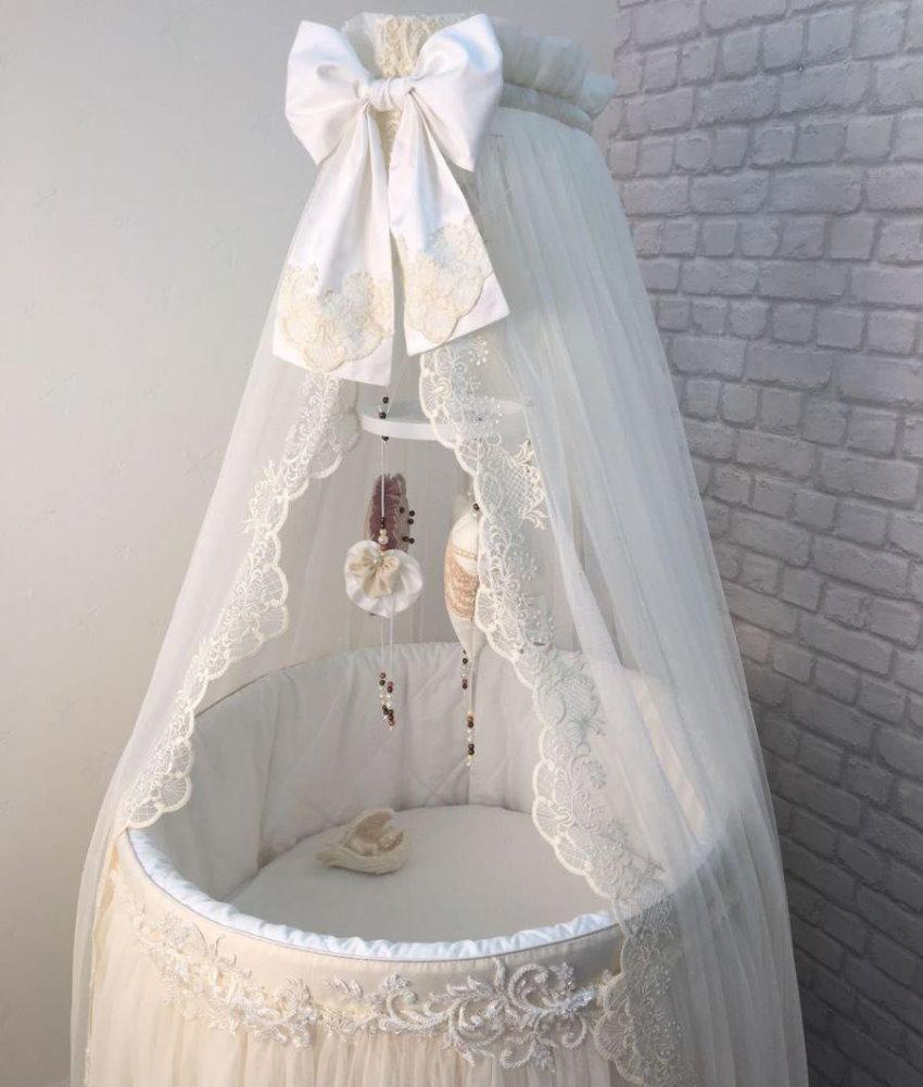 Ажурный балдахин на кроватке для младенца