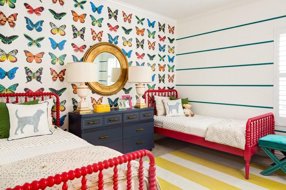Разноцветные бабочки на бумажных обоях в детской