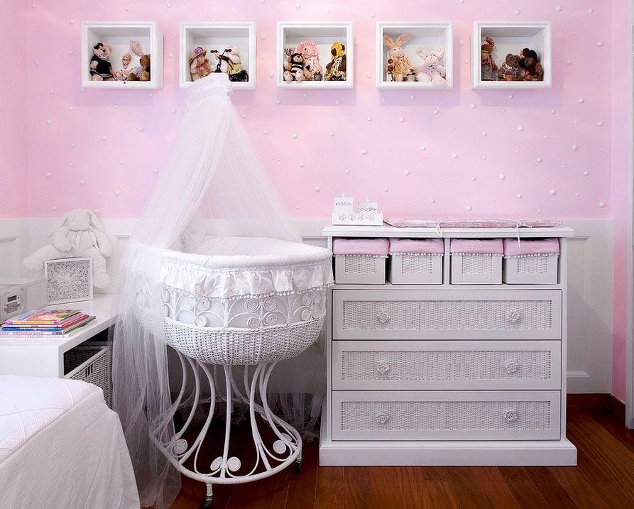 Белый балдахин на кроватке для маленького ребенка
