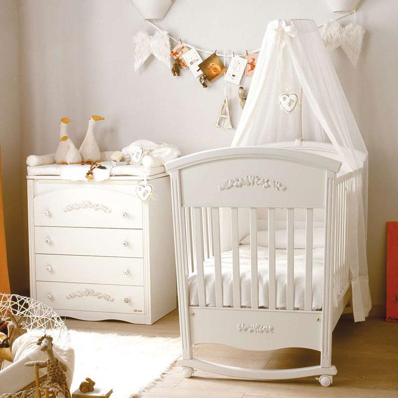 Белая кроватка с балдахином из тюля
