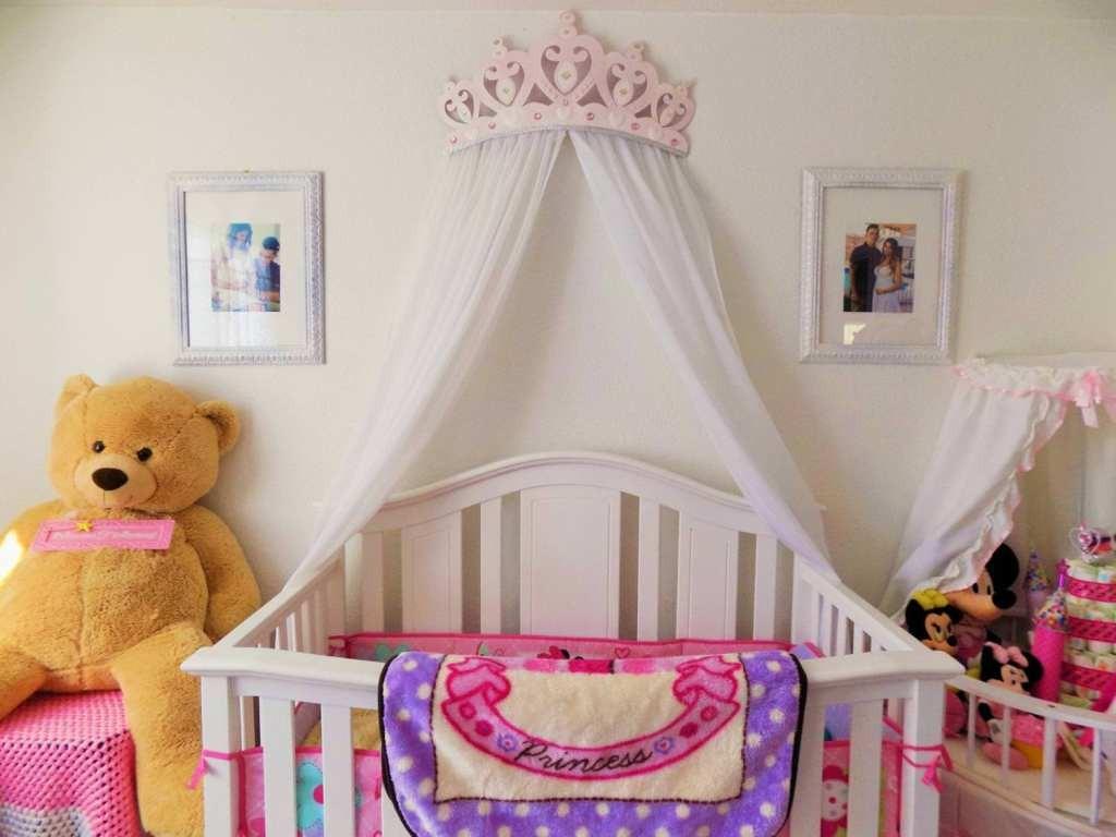Детская кроватка с балдахином на стене