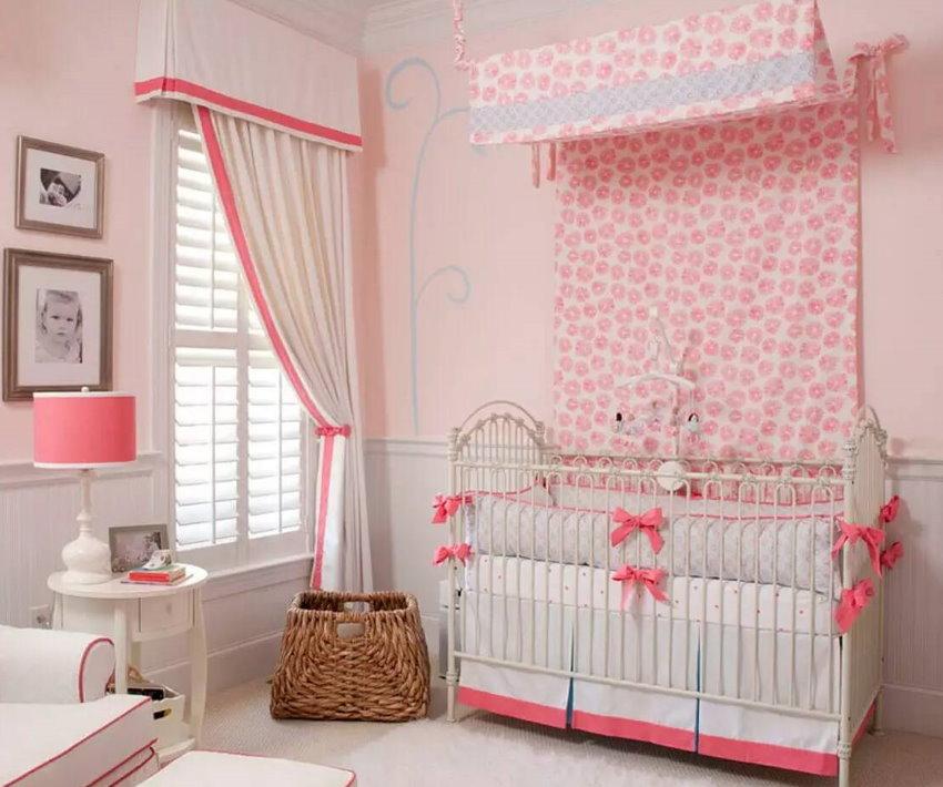 Балдахин из ткани с рисунком над кроваткой младенца