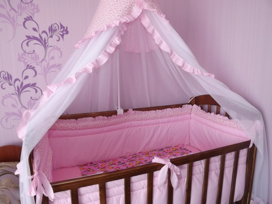 Шелковый балдахин на кровати годовалого ребенка