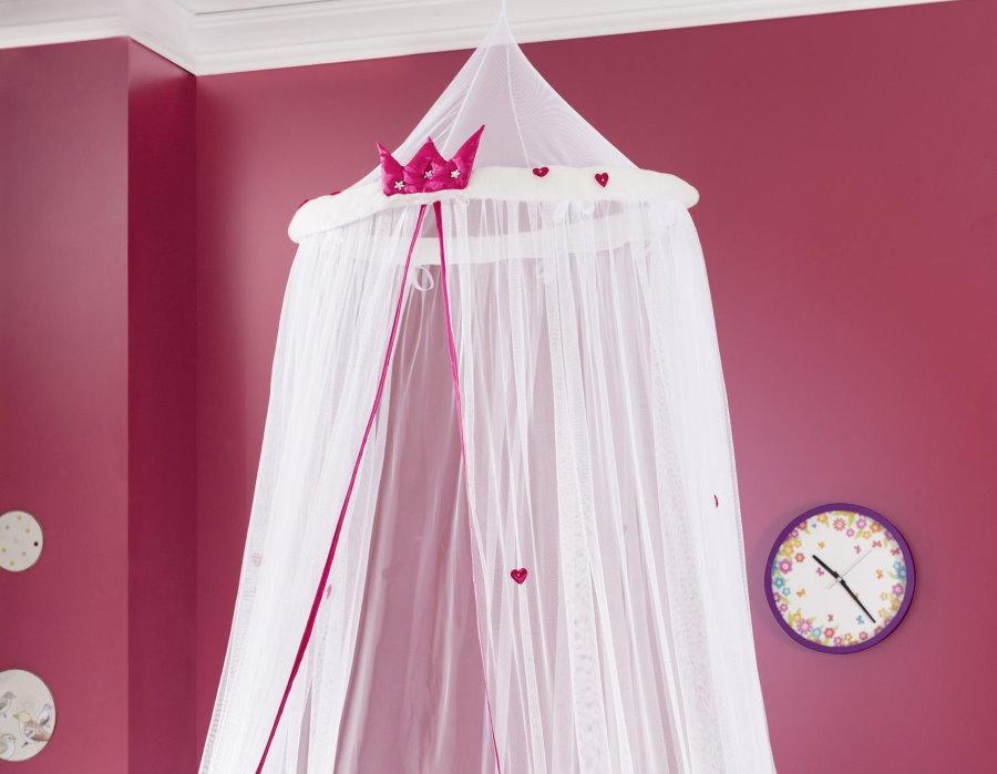 Балдахин из ситца в спальне с розовыми стенами