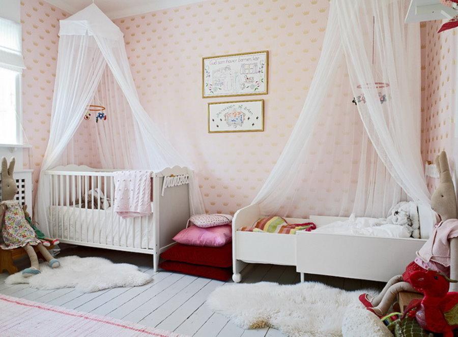 Белые балдахины над кроватями в спальне двоих девочек