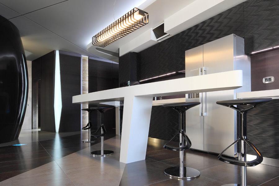 Белая барная стойка в кухне-гостиной стиля хай тек