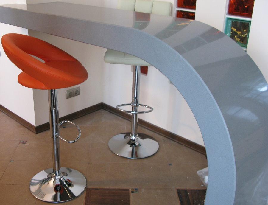 Акриловая барная стойка с плавным изгибом