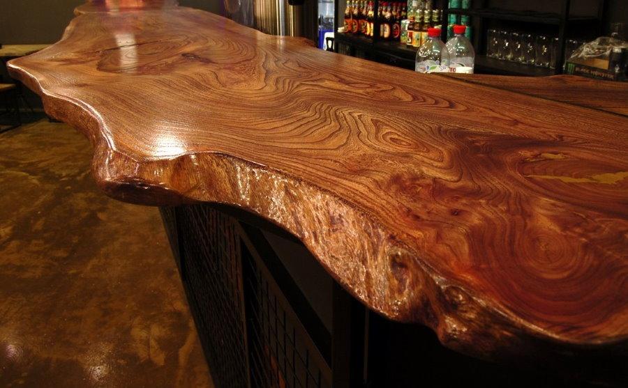 Столешница из массива дерева на барной стойке в гостиной