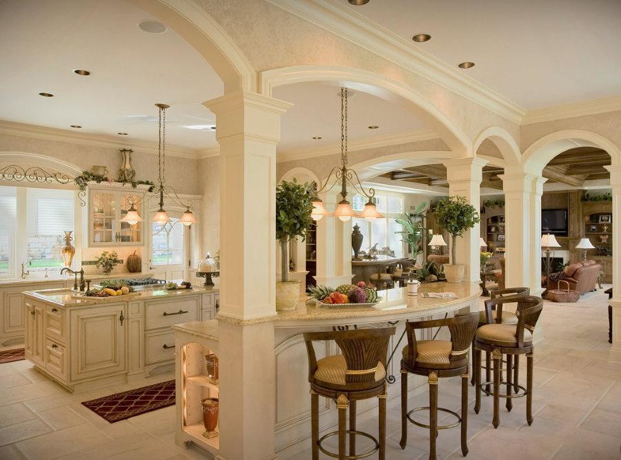 Барная стойка между колоннами в классической гостиной