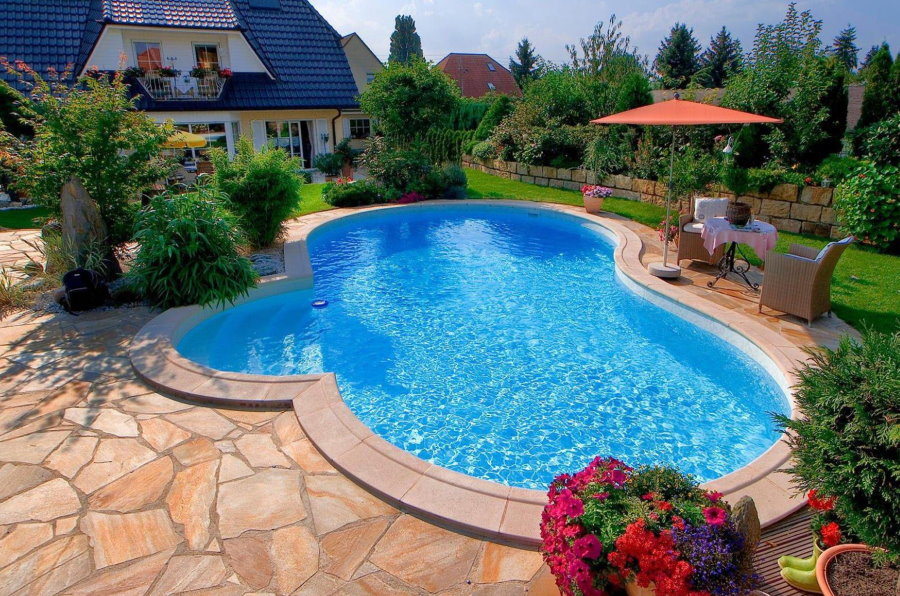 Каменная площадка перед бассейном с голубой водой