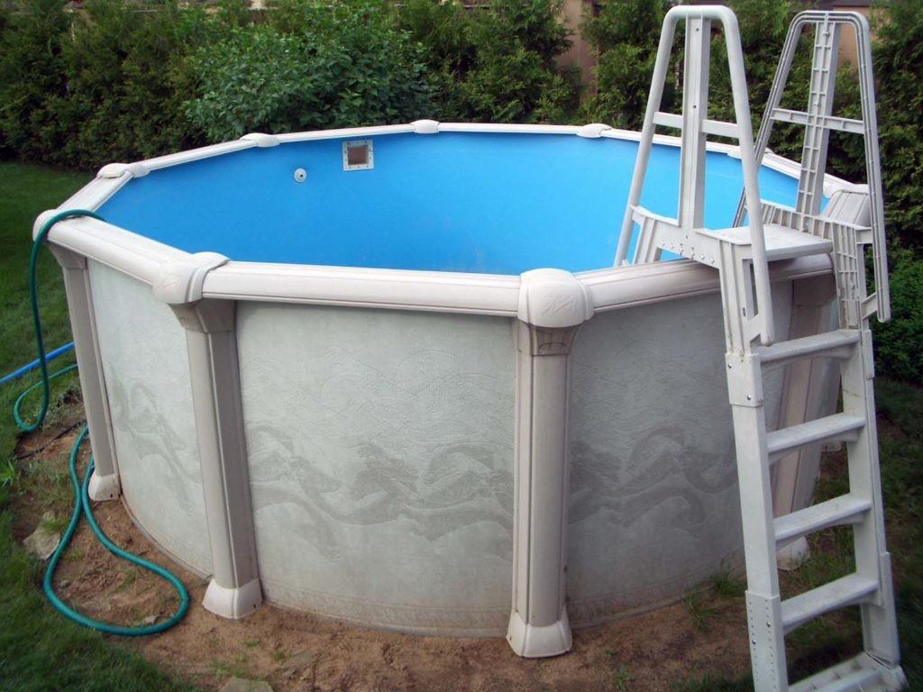 Небольшой бассейн круглой формы с лестницей