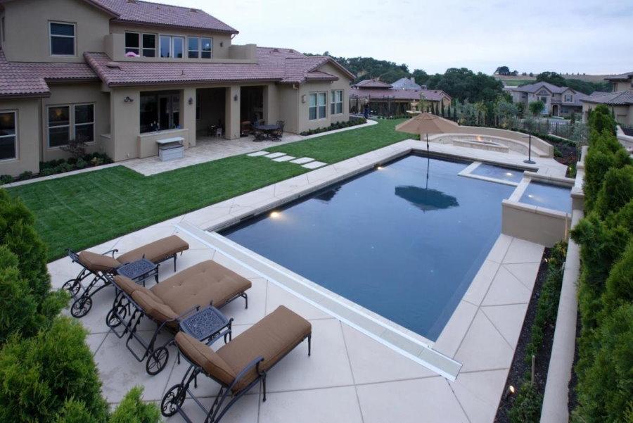 Плавательный бассейн на территории загородного участка