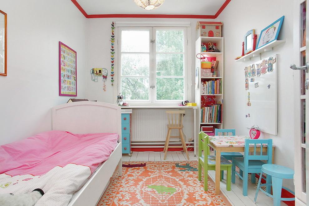 Красная окантовка на белом потолке в детской комнате