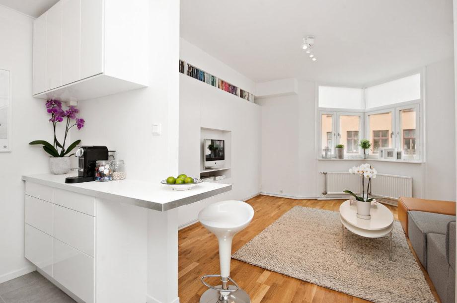 Деревянный пол в белой квартире студии