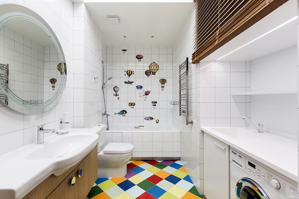Белая керамическая плитка в ванной с туалетом