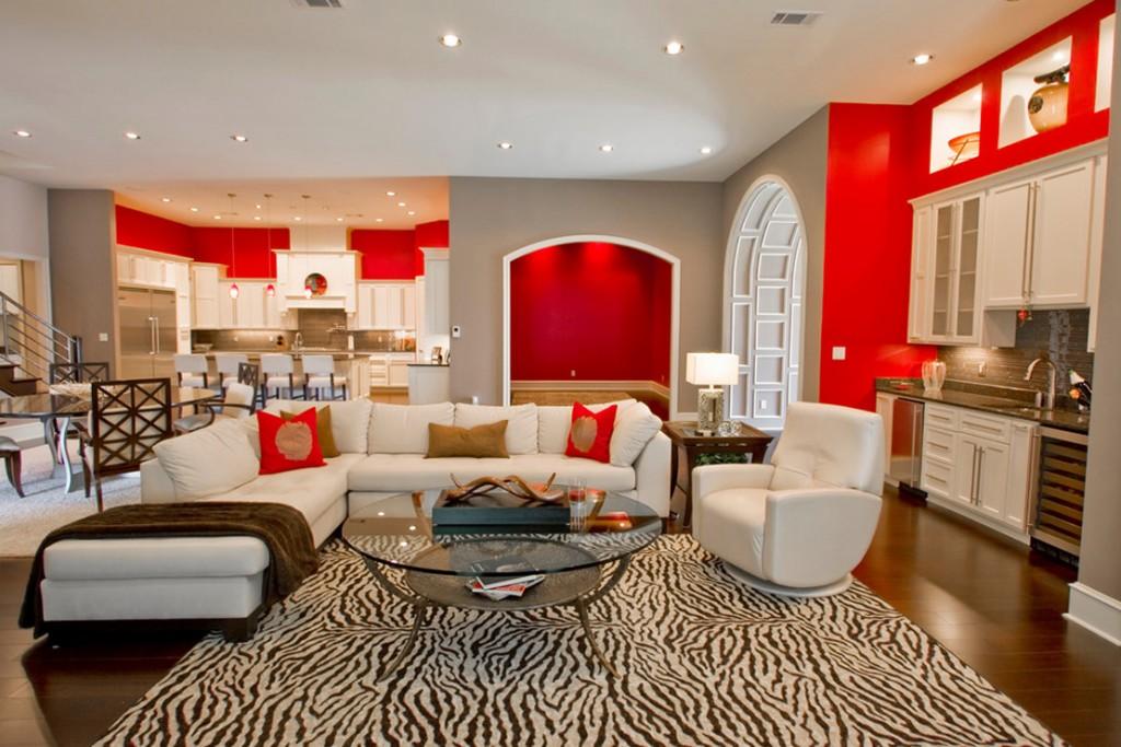 Мягкая мебель с белой обивкой в зале частного дома