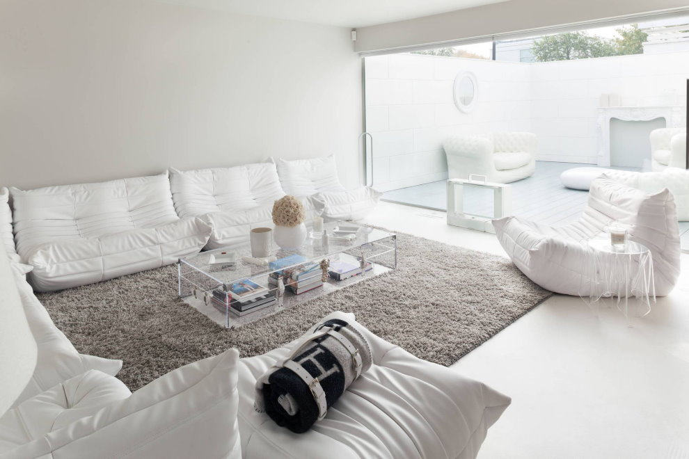 Серый коврик в белой комнате