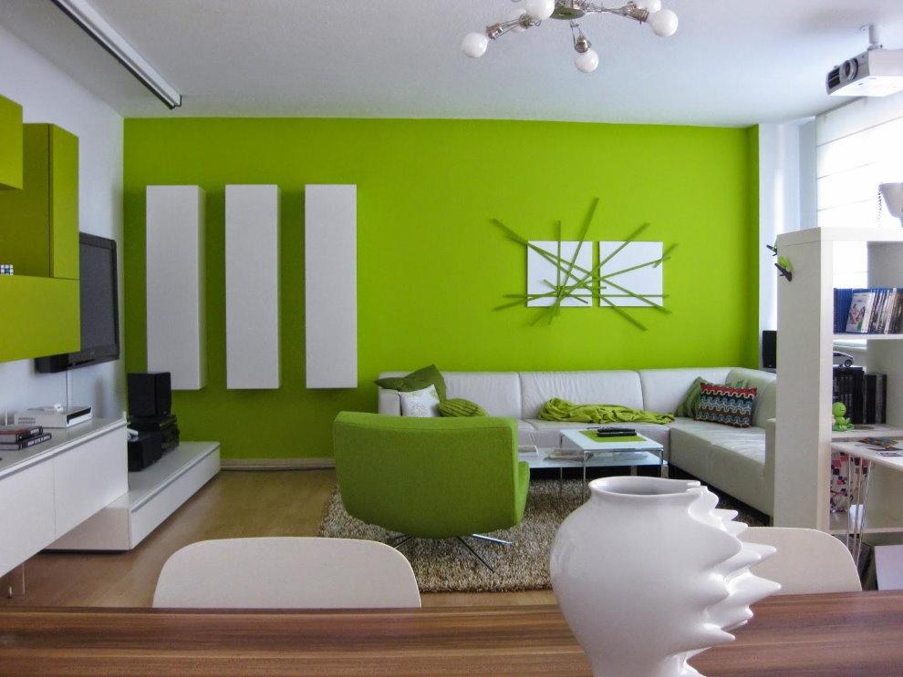 Белые шкафы на зеленой стене гостиной